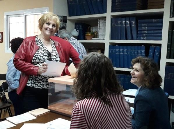 Covadonga Porrúa Rosa, hasta ese momento presidenta de la AP-APAL, ejerciendo su derecho al voto.