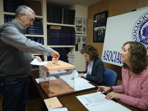 Granado Torres, nuevo presidente, en el momento de votar.
